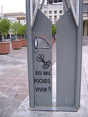 """Grafito: """"30.000 Pochos viven"""", referencia a los 30.000 desaparecidos. La hormiga es una alegoría al trabajo de Lepratti. El pañuelo blanco es el símbolo de las Madres de Plaza de Mayo"""