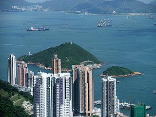 假如當局能夠放寬保護海港的範圍,以往大部份被逼擱置的填海計劃將可得以解凍,其中包括位於香港島西北部的「青洲填海計劃」。 (圖片:Minghong@Wikimedia)