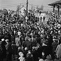 Grote mensenmassa rond koningin Wilhelmina (alleen hoed zichtbaar) de commissari, Bestanddeelnr 900-4018.jpg