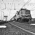 HUA-150936-Afbeelding van de electrische locomotief nr. 1213 (serie 1200) van de N.S. met rijtuigen op het emplacement bij het N.S.-station Utrecht C.S. te Utrecht.jpg