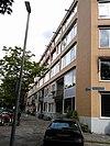 foto van Half vrijstaand woonblok met maisonettes en portiek-etagewoningen