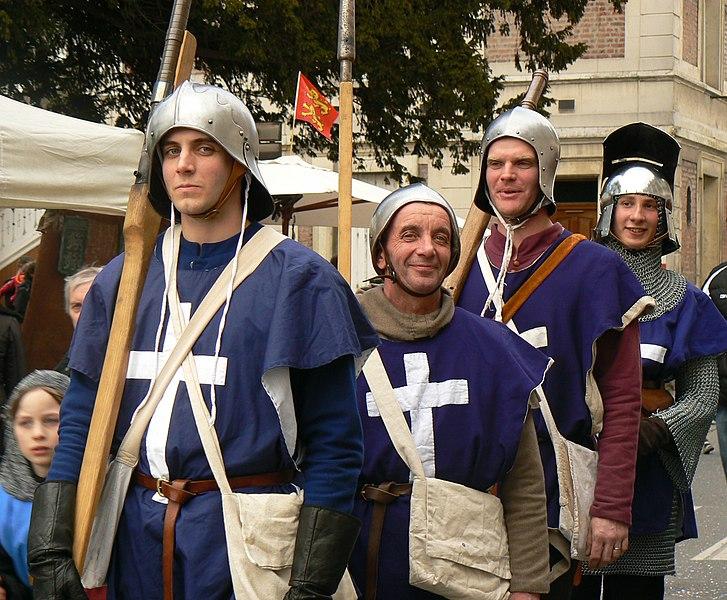 Personnes costumées pour la fête de la scie, 2009.