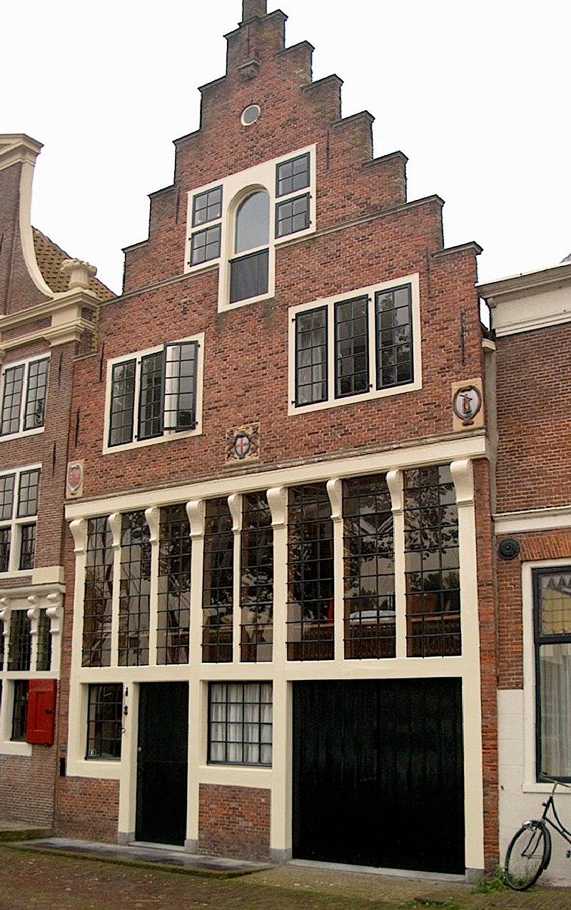 Huis met in 18e of vroeg 18e eeuw vereenvoudigd herbouwde en recht afgesloten gevel in hoorn - Oude huis gevel ...