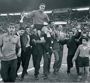 AS FAR (football) - Lieutenant Hosni Benslimane, goalkeeper of ASFAR worn by his teammates after the final of the Coupe du Trône 1959.