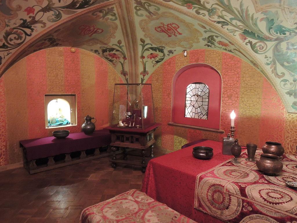 https://upload.wikimedia.org/wikipedia/commons/thumb/8/8c/House_of_the_Boyars_Romanov_-_interiors_04_by_shakko.jpg/1024px-House_of_the_Boyars_Romanov_-_interiors_04_by_shakko.jpg