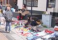 Hurkende vrouw op markt Spijkenisse.JPG