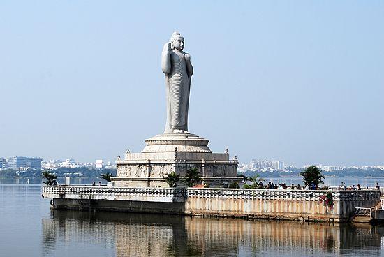 Rupang Buddha Berdiri di Hyderabad, India.
