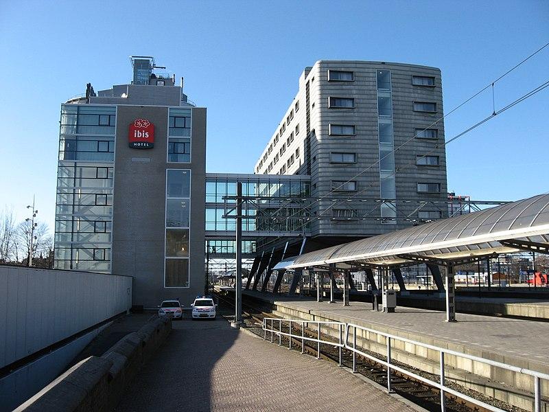 Молодые жители Амстердама все чаще устраивают вечеринки в гостиничных номерах