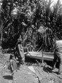 Indianer vid kanot. Stam, Cuna. Lokal, Rio Caimanes, ö. (östra) sidan av Urabábukten, Colombia - SMVK - 004505.tif