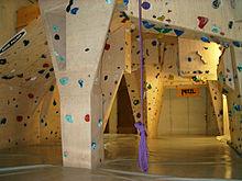 Salle fermée de bloc, d'environ quatre mètres de haut avec des tapis au sol