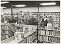 Interieur van de Openbare Bibliotheek, Willinklaan 8. Met enkele bezoekers. NL-HlmNHA 54023481.JPG