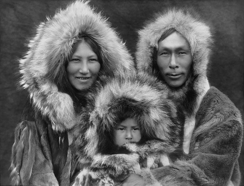 Datei:Inupiat Family from Noatak, Alaska, 1929, Edward S. Curtis (restored).jpg