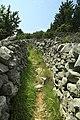 J32 273 Weg zwischen Trockenmauern.jpg