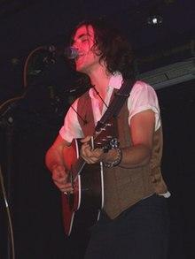 Jack Savoretti mentre si esibisce a Dingwalls a Camden nel 2008.
