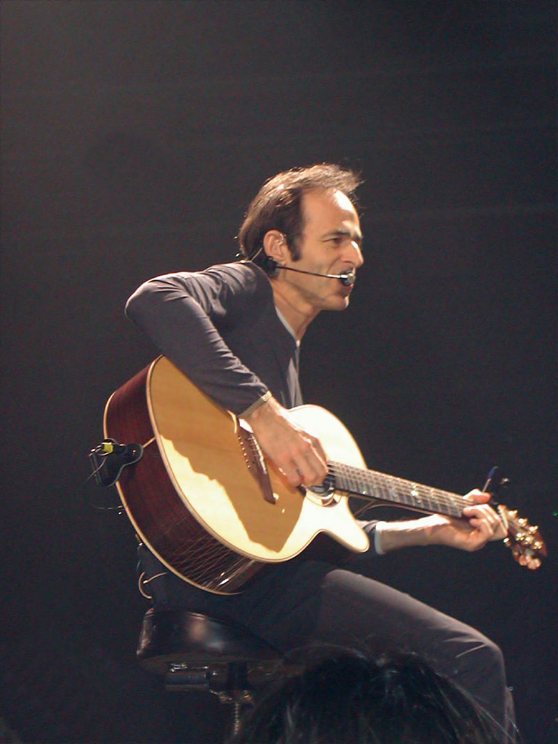 Jean-Jacques Goldman, pendant un concert en 2002 au Zénith de Paris | Source : Wikimedia commons.