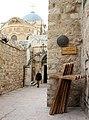 Jerusalem-Grabeskirche-24-oberer Zugang-Kreuze-2010-gje.jpg