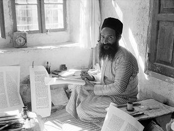 English: Orthodox Jewish scribe, Shlomo Washad...