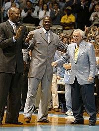 Michael Jordan con James Worthy e Dean Smith, rispettivamente compagno di squadra ed allenatore al college nel 2007.