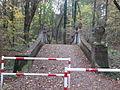 Jubiläumsbrücke als Wegweiser zur Sumpfzypresse, Madlower Schluchten, Cottbus.jpg