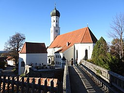 Königsdorf, TÖL Kirche St Laurentius m Friedhofskapelle v SO, Fußbrücke