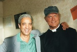 Terence Hill (r) als Don Matteo