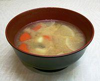 けんちん汁の一例。具材にはにんじん、大根、里芋 ...