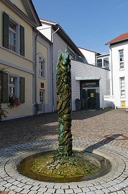 Klein Winternheim Zeitsäule 01 Totale