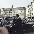 Koningin Juliana en prins Bernhard worden bij het stadhuis van Bonn begroet door, Bestanddeelnr 254-9000.jpg