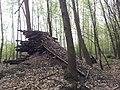 Konstrukcja przypominająca rampę zakończoną pniem drzewa. - panoramio.jpg