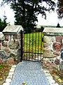 Kruszyn ogrodzenie kamienne wokół kościoła - furtka.JPG