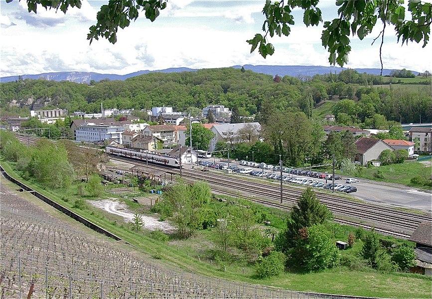Vue sur le village de La Plaine (Genève) et de sa gare