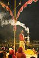 La cérémonie Ganga Aarti (Varanasi) (8471358045).jpg