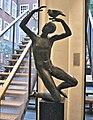 Leiden - Jongen met de duif (1954) van Pieter Starreveld.jpg