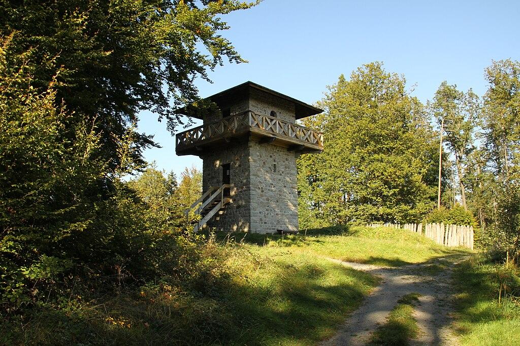 Rekonstruierter Limes-Wachturm (1981-82) im Limespark Heidenbuckel bei Großerlach