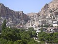 Maalula, Blick auf den Ort mit dem Kloster der Hl. Thekla (Deir Mar Takla) (24834198588).jpg