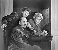 Trzej bracia Marx w 1948. Od lewej Chico, Harpo i Groucho (na fotelu).