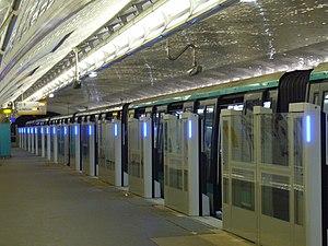 Bérault (Paris Métro) - Image: Metro Paris Ligne 1 Berault Installation facades de quai (33)