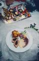 Mit-Blattspinat-gefuellter-Kalbsruecken-und-Kartoffeln-im-Koerbchen-667x1024.jpg