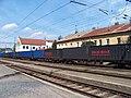 Nádraží Praha Bubeneč, kontejnerový vlak a budovy Mlýnská 2 a 2a.jpg