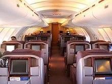 Avancul-aspektanta vido en la atentega supraferdeka kabino de poste 747s