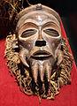 Nigeria, igbo, maschera in legno e fibra vegetale (dx).JPG