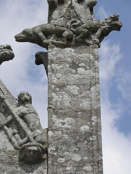 Porche sud de l'église Sainte-Noyale de Noyal-Pontivy (56). Sculptures du pinacle et du rampant est.