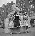 Oliebollenverkoop op de Dam Spaanse meisjes van Circo Americano met oliebollen, Bestanddeelnr 913-3475.jpg