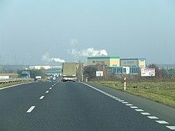 Zakład przemysłowy przy drodze szybkiego ruchu
