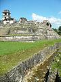 Palenque, perspectiva del castillo desde el arroyo de agua.jpg