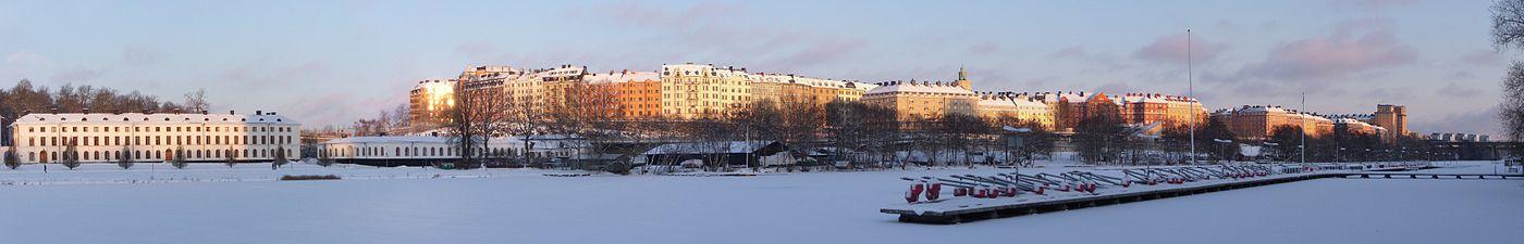 Panorama over Vasastan og Rörstrandsområdet fra Kungsholms strand mod nord i december 2010.   Længst til venstre ses Karlbergs slot og længst til den højre S:t Eriksbron med sine nordlige portalbygninger Porslinsbruket 29 og Lokomotivet 1.   Langt bort skimter de fem Høtorvskrabere.   Vandløbet i forgrunden er Karlbergssøen.
