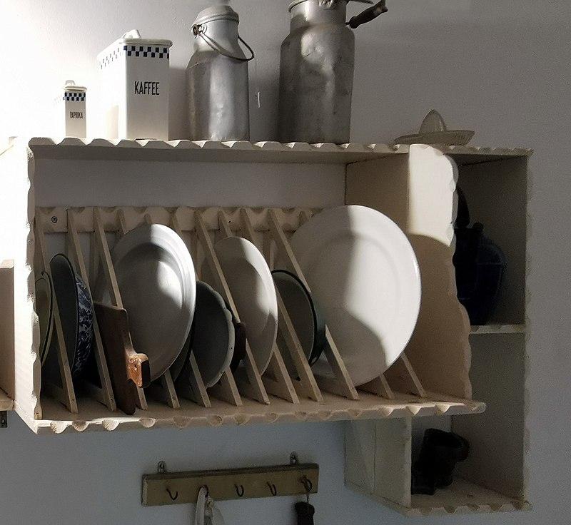 מדף כלים במטבח