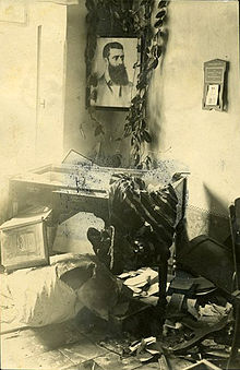 Photo d'archive en noir et blanc d'une maison saccagée.