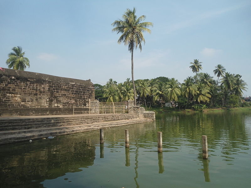 File:Pond near the temple at Draksharamam 05.JPG