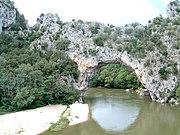 Pont d'Arc über dem Fluss Ardèche, südlich der Cevennen.